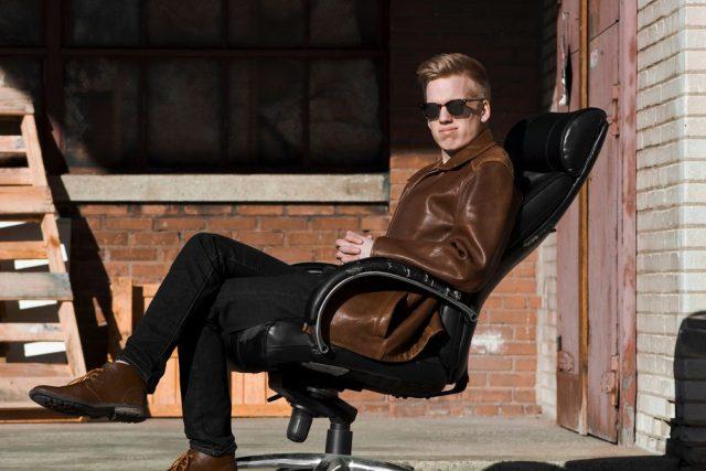 Å sitte er komfortabelt. En massasjestol er enda bedre!